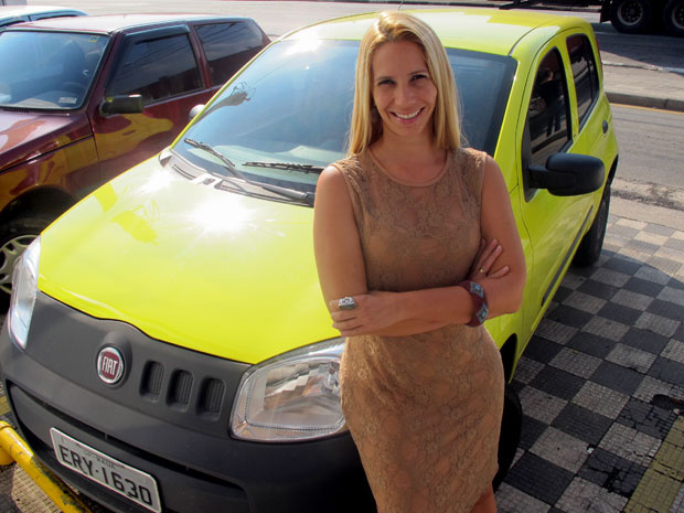 Karina Businelli não se arrependeu de ter comprado um carro amarelo - Crédito: Foto: Rafael Italiani/G1