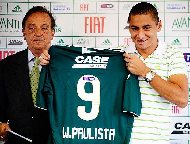 Wellington Paulista recebe das mãos do vice Roberto Frizzo a camisa 9 do Palmeiras - Crédito: Foto: Marcos Ribolli / GLOBOESPORTE.COM