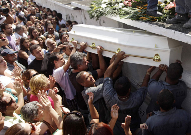 Multidão participa de funeral da estudante Larissa Silva Martins, uma das vítimas do massacre. - Crédito: Foto : Ricardo Moraes/Reuters