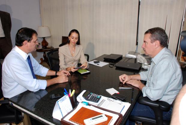 Sérgio Longen entregou a Paulo Corrêa os curtas-metragens de projetos da Fiems - Crédito: Foto : Divulgação