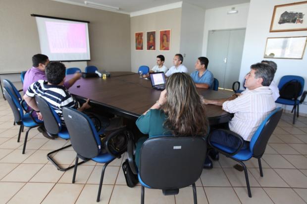 Prefeito conheceu detalhes de monitoramento da qualidade do ar da água - Crédito: Foto : Divulgação