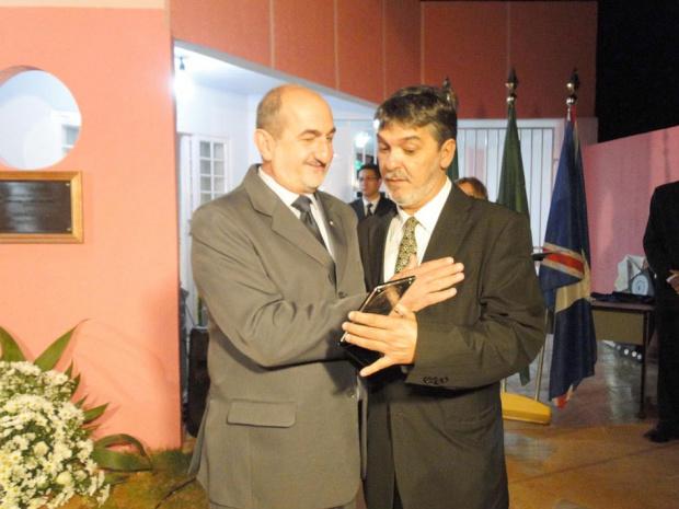 Leg: Nazi El Kadri recebeu medalha das mãos do vereador Ramão de Deus - Crédito: Foto: Carlos Monfort/Jornal Regional