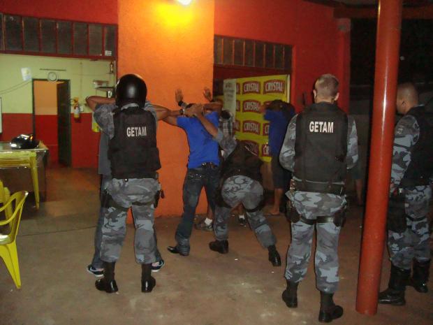 Policiais do Getam vistoriaram várias casas noturnas nete fim de semana - Crédito: Foto: Cido Costa