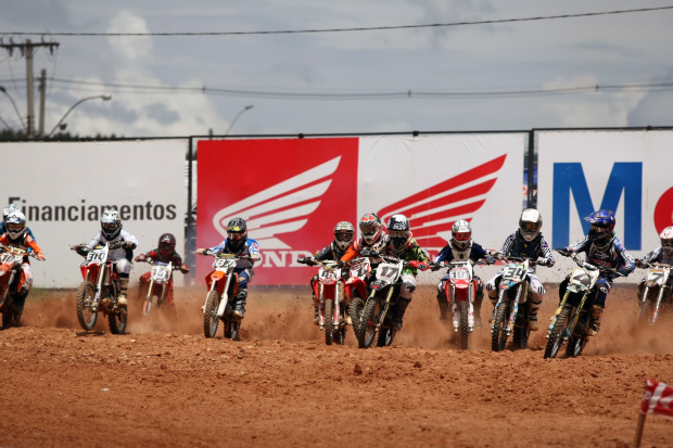 Gene Fireball disputa a primeira etapa da Superliga Brasil de Motocross -