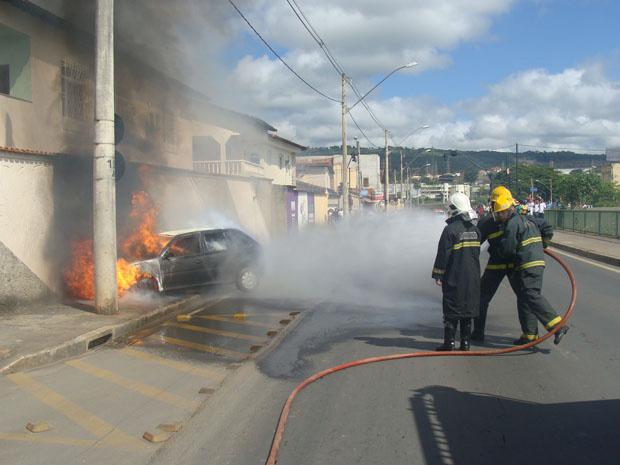 Carro ficou destruído após incêndio em Montes Claros - Crédito: Foto: Corpo de Bombeiros de Minas Gerais/Divulgação