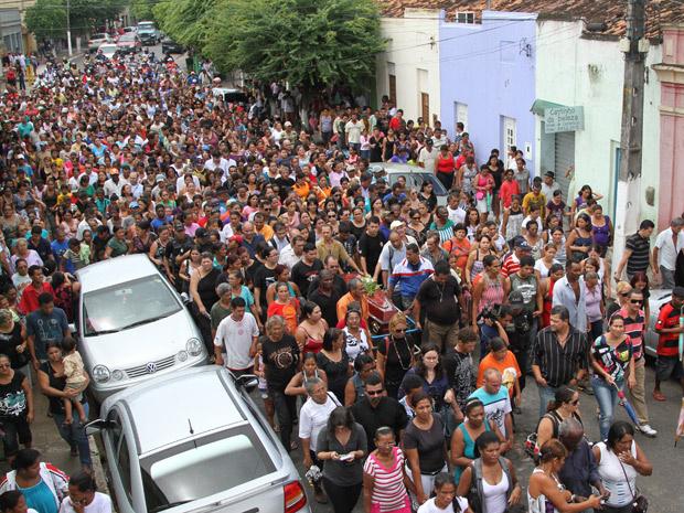 Corpo de radialista é levado para cemitério em Vitória de Santo Antão - Crédito: Foto: Guga Matos/JC Imagem/AE