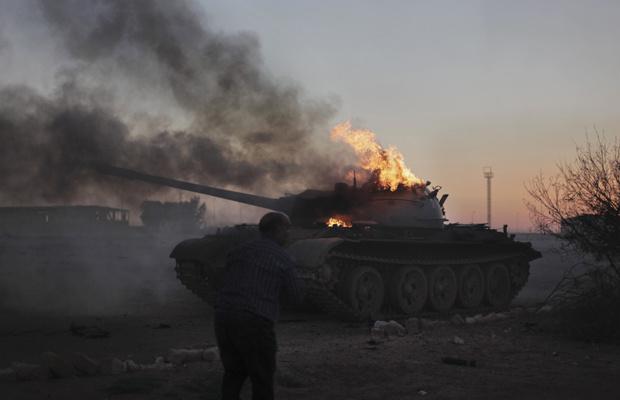 Tanque das forças pró-Kadhafi é visto neste domingo - Crédito: Foto: AP