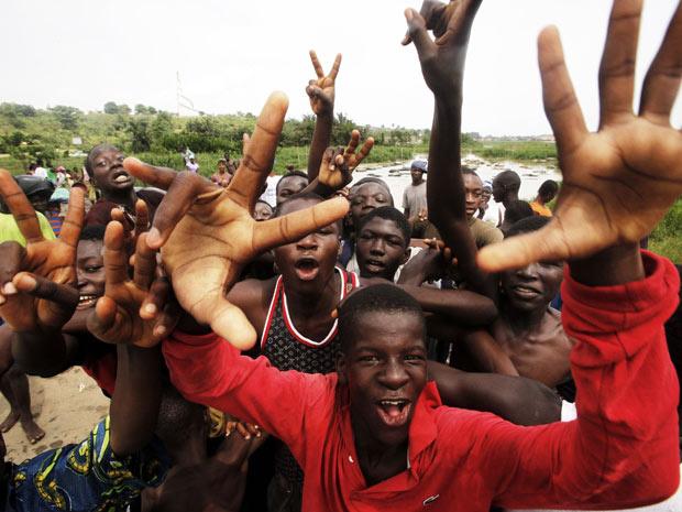 Apoiadores do presidente eleito Alassane Ouattara comemoram na praça central de Abidjan, nesta segunda - Crédito: Foto: Emmanuel Braun / Reuters