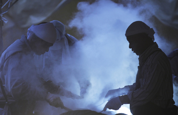 Voluntários preparam comida para desabrigados pelo terremoto e pelo tsunami na cidade de Soma, em Fukushima, nesta segunda-feira - Crédito: Foto: AP