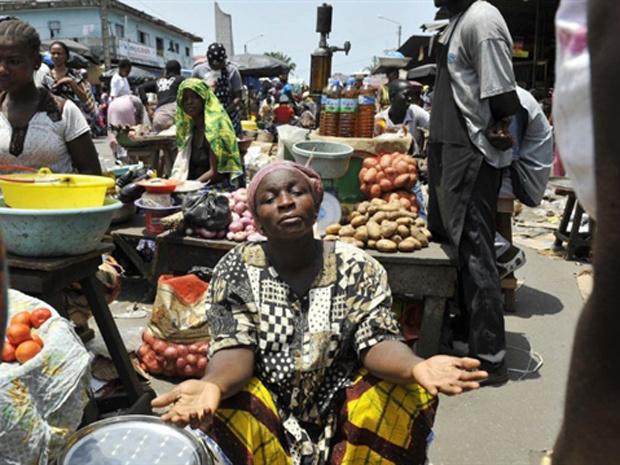 Moradores tentam voltar à rotina em mercado em Abidjan nesta terça-feira - Crédito: Foto: Reuters