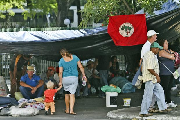 Integrantes do MST montam acampamento na sede do Incra em Porto Alegre - Crédito: Foto: Alexandro Auler/AE/AE