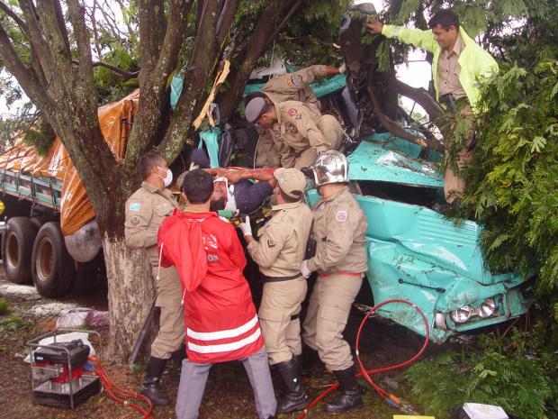 Ao bater em camionete, caminhão desgovernou e se chocou em árvores; no detalhe servidor do Incra, Virgílio - Crédito: Foto: Sidlei Bronka