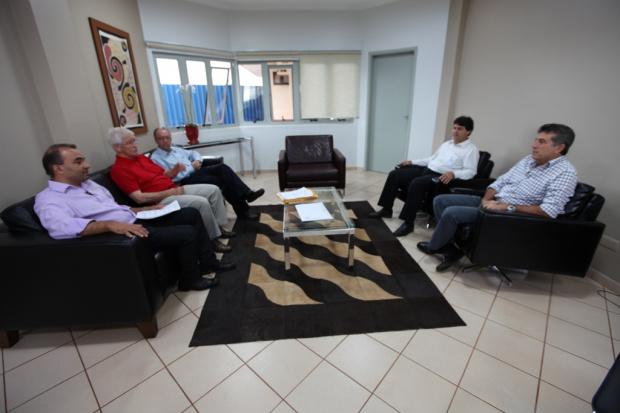 Prefeito, com representantes da Caixa, autorizou construção da Clínica da Mulher - Crédito: Foto : Assecom