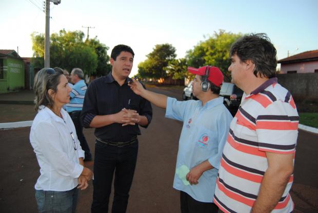 Ao lado de Inês e Rodrigo, prefeito Celso concede entrevista - Crédito: Foto: Thaise Dias