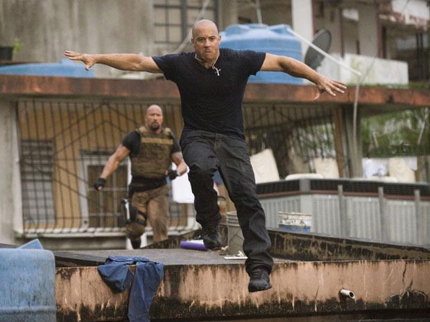 Em cena de \'Velozes e furiosos 5\', Vin Diesel é perseguido em favela carioca - Crédito: Foto: Divulgação
