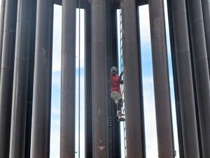 O homem durante a descida do monumento - Crédito: Foto: G1
