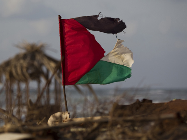 Bandeira palestina em praia próximo à cidade de Gaza nesta terça-feira - Crédito: Foto: AP