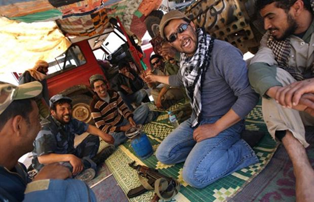 Rebeldes descansam em acampamento próximo a Ajdabiyah nesta quarta-feira - Crédito: Foto: AFP