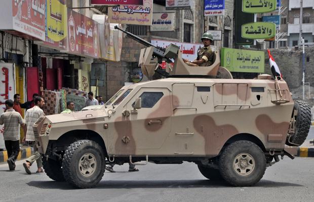 Militar patrulha a cidade iemenita de Taez durante protestos nesta quinta-feira - Crédito: Foto: AP