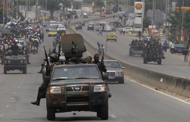 Soldados patrulham ruas de Abidjan, principal cidade da Costa do Marfim, nesta quarta-feira - Crédito: Foto: AP