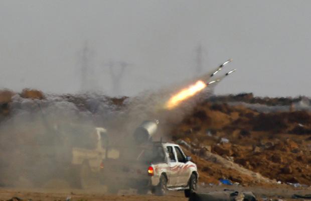 Rebeldes lançam foguete contra forças de Kadhafi a partir do front próximo à cidade de Ajdabiyah nesta quinta-feira - Crédito: Foto: Reuters