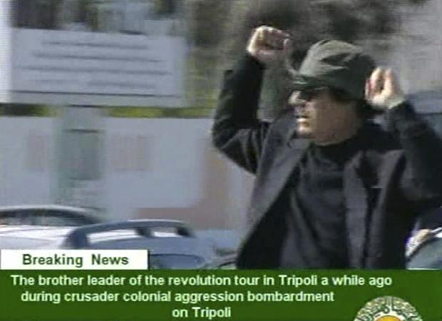 Kadhafi acena em carro aberto nesta quinta-feira - Crédito: Foto: AP