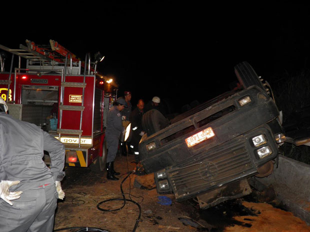 Carreta carregada com lajes de concreto capota na BR-365, no Norte de Minas - Crédito: Foto: Corpo de Bombeiros de Minas Gerais/Divulgação