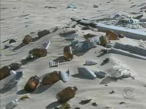 Remédios descartados em praia em Florianópolis  - Crédito: Foto: Reprodução/RBSTV