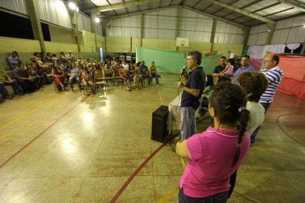 Em reunião na quadra que funciona como sala de aula, Murilo determinou conclusão da obra - Crédito: Foto : Assecom