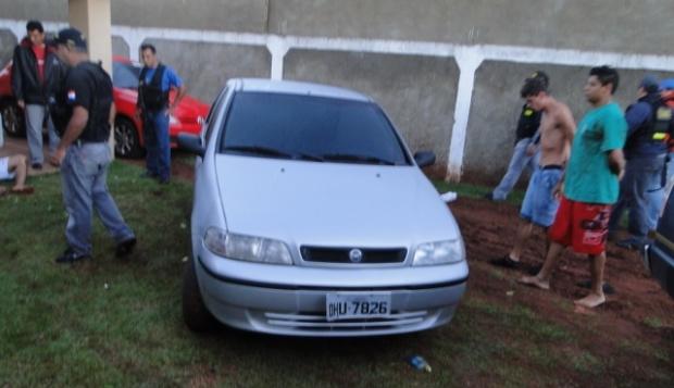 Com os acusados a polícia encontrou papelotes de maconha e carros - Crédito: Foto: Senad PY