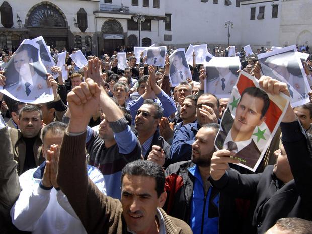 Manifestantes pró-governo vão às ruas de Damasco, capital da Síria, nesta sexta-feira - Crédito: Foto: AP