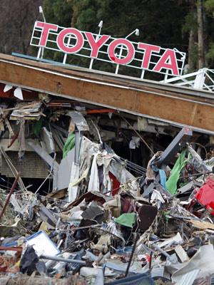 Concessionária da Toyota no Japão destruída pelo Tsunami - Crédito: Foto: Carlos Barria/Reuters