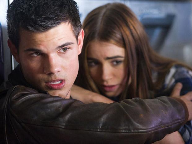 Taylor Lautner e Lilly Colins em cena de \'Abduction\', com estreia prevista para setembro - Crédito: Foto: Divulgação
