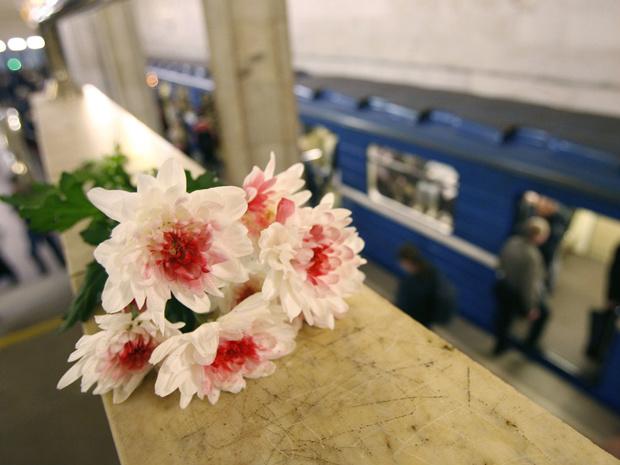 Flores em homenagem às vítimas colocadas na estação nesta quinta-feira - Crédito: Foto: AFP
