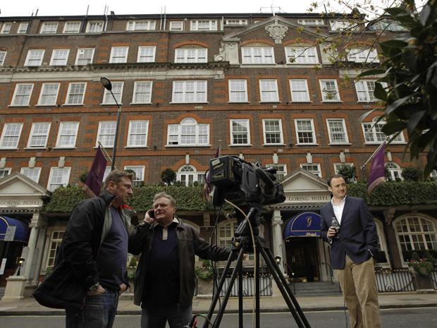 Equipe de TV prepara-se para filmar em frente ao Hotel Goring nesta sexta-feira - Crédito: Foto: Reuters
