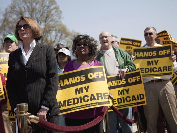 A líder dos democratas na Câmara dos Estados Unidos, Nancy Pelosi, participa de protesto contra o orçamento aprovado pelos republicanos - Crédito: Foto: AP