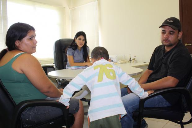 No Ministério Público, pais de criança se dizem desesperados com falta de informação - Crédito: Foto: Hedio Fa-zan/PROGRESSO
