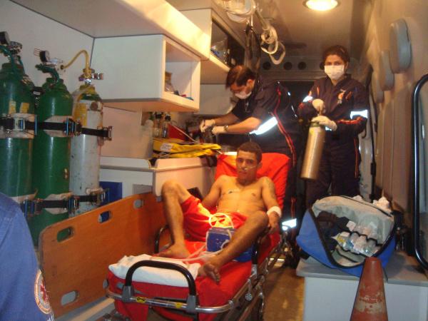 Legenda: Douglas Soares levou um tiro no joelho e foi socorrido pelo Samu - Crédito: Foto: Cido Costa