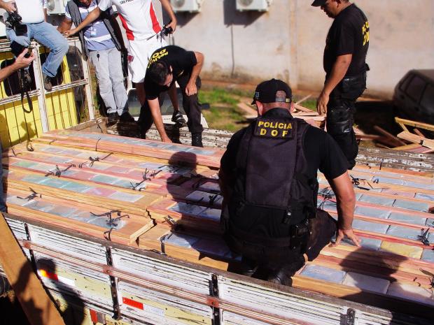 Policiais pesam a droga na tarde deste domingo Foto: sidnei lemos - bronka -