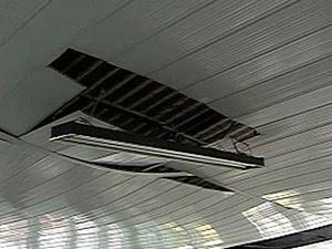 Teto de igreja ficou danificado após queda de raio  - Crédito: Foto: Reprodução/TV Globo