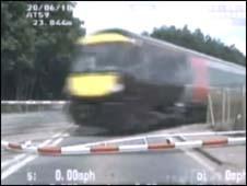 Trem interrompe perseguição policial na Inglaterra -