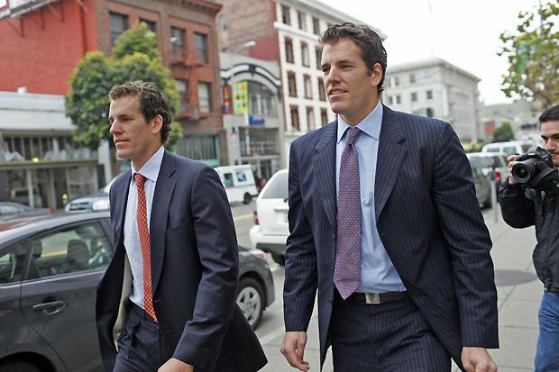 Irmãos Cameron e Tyler Winklevoss deixam tribunal após audiência nos EUA - Crédito: Foto: Stephen Lam/Reuters