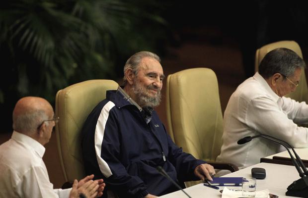 Fidel Castro aparece de surpresa no Congresso do Partido Comunista de Cuba, nesta terça-feira - Crédito: Foto: AP