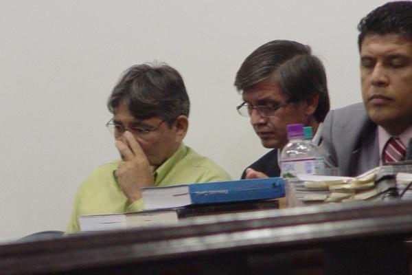 Os dois acusados e advogado durante julgamento no ano passado - Crédito: Foto: Sidnei Lemos – Bronka