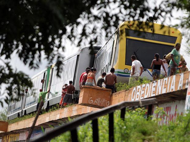 Metrô sai dos trilhos em ponte e passageiros são retirados em Teresina - Crédito: Foto: Thiago Amaral/Piauiimages/Folhapress