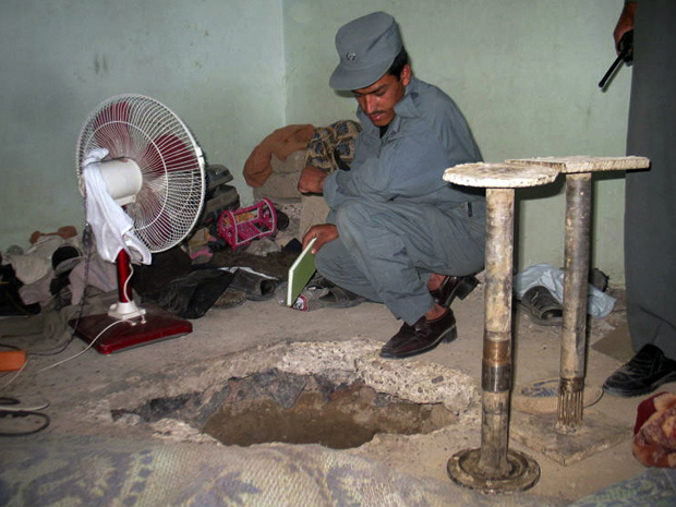 Policial afegão observa o túnel pelo qual os presos fugiram nesta segunda-feira - Crédito: Foto: AP