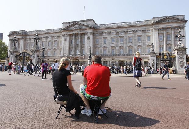 Turistas em frente ao Palácio de Buckingham, em Londres, nesta segunda-feira - Crédito: Foto: AP