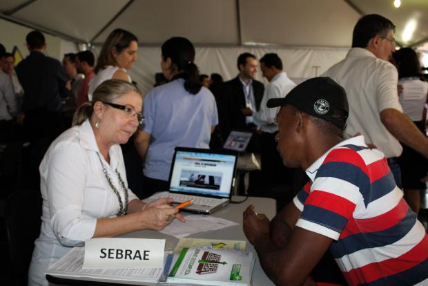 Pequenos empreendedores buscam informações no balcão do Sebrae montado na praça - Crédito: Foto: Hédio Fa-zan/PROGRESSO