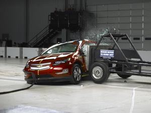 Teste de impacto lateral do Chevrolet Volt  - Crédito: Foto: Divulgação/IIHS
