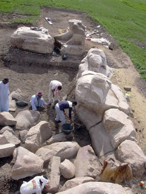 Arqueólogos trabalham em Luxor, no sul do Egito.  - Crédito: Foto:Supreme Council of Antiquities/HO/AFP Photo
